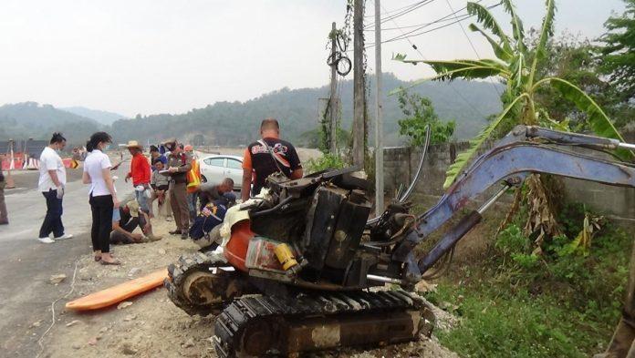 One dead as longan truck hits backhoe in Phrae | Chiang Mai One